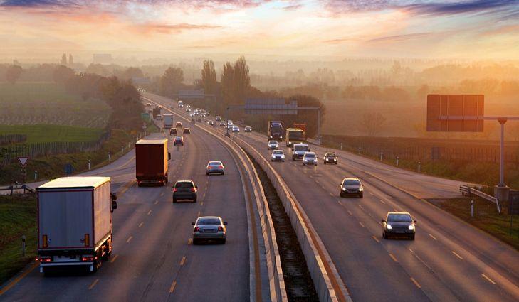 Ảnh lái xe bên trái ở một đường cao tốc của Anh